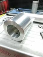 Vol aluminiumstuk gedraaid en gefreesd, is nu volledig klaar voor assemblage met een ronde aluminium profiel