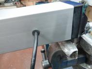 Kabeldoorvoer in het aluminiumprofiel verwerken om voedingskabel niet te beschadigen